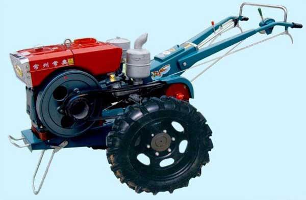 手扶拖拉机,是流行于中国乡镇的一种运输工具和农业机械,以柴油机为动力,其小巧灵活且动力强劲的特点使其很受农民的欢迎,转向主要靠左右两个扶手的离合器,不同于方向盘。在左右任何一轮的离合分离时,其对应的车轮静止不动或速度下降,另一轮速度不变,从而达到转向的目的,手扶拖拉机的用途主要有以下几个方面。