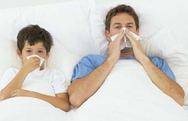 鼻甲肥圞大可造成鼻塞 鼻腔外侧的软组圞织水肿、肥厚也可引起鼻 塞,也就是临床常见的鼻甲水肿,鼻甲肥圞大症。它多半是感冒初起时伴发的病症或长期患慢性鼻炎导致的病症,早期用点1%麻huang素类滴vi液滴鼻可收到很好的疗效。但连续使用不要超过1周,最好在医师指导下进行。否则可能会导致依赖性药物性鼻炎。