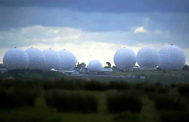 Lv1 曼威斯山英国皇家空军基地 曼威斯山英国皇家空军基地是英国一个和美国埃施朗全球谍报网相勾连的军事基地。它是一个通讯拦截和导弹预警站,其内含一座巨大的卫星地面站的,是全球最大的电子信息监控台。隶属美国国家安全局的美国侦察局操控的一些卫星就是以此为地面接收站的。天线都隐藏在一些特色鲜明的白色天线罩下面,据说此基地是埃施朗系统的一部分。 埃施朗系统的建立是为了监视1960年代冷战时期,苏联及其东方盟国集团的军队和外交通讯。而自从冷战后,它又被用于搜索恐怖活动的蛛丝马迹,贩毒头目的计划和政治外交方面的情报