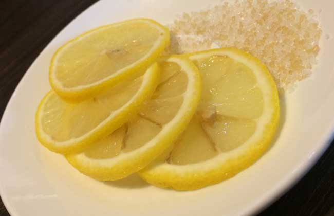 柠檬片泡水能祛斑吗?