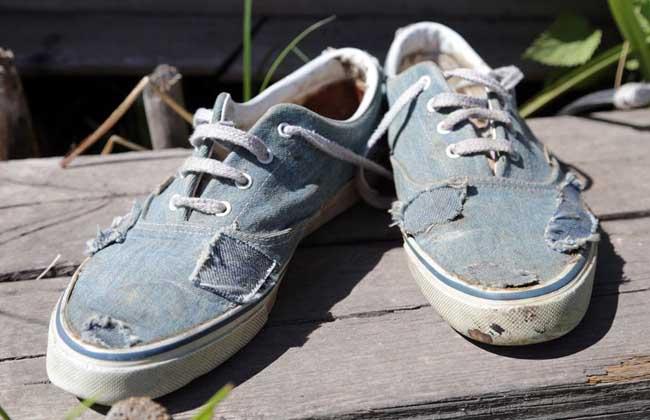 梦见穿别人的鞋子