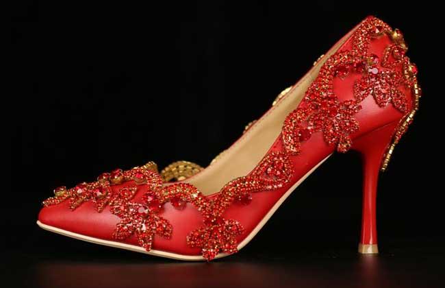 梦见穿红鞋子是什么意思?