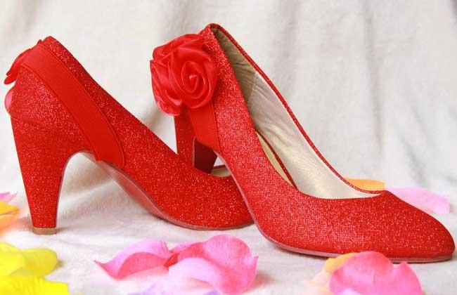 梦见穿红鞋子